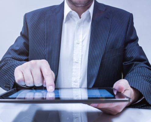 homme qui utilise une tablette